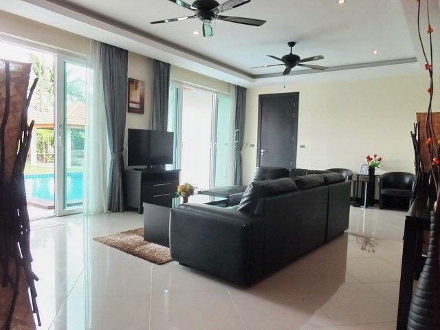 House for rent Mabprachan Pattaya showing the living area with pool view