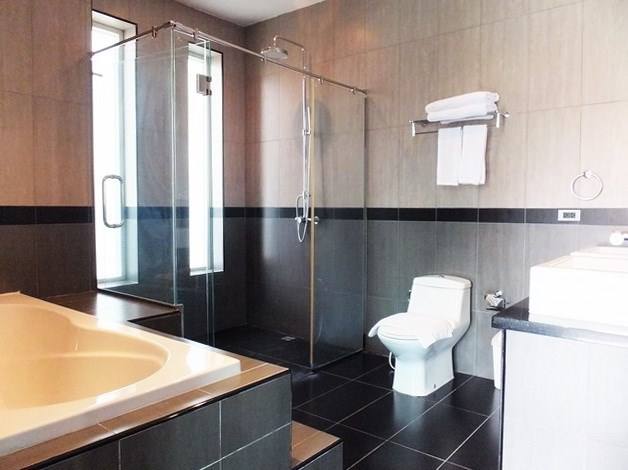 House for rent Mabprachan Pattaya showing the master bathroom with bathtub