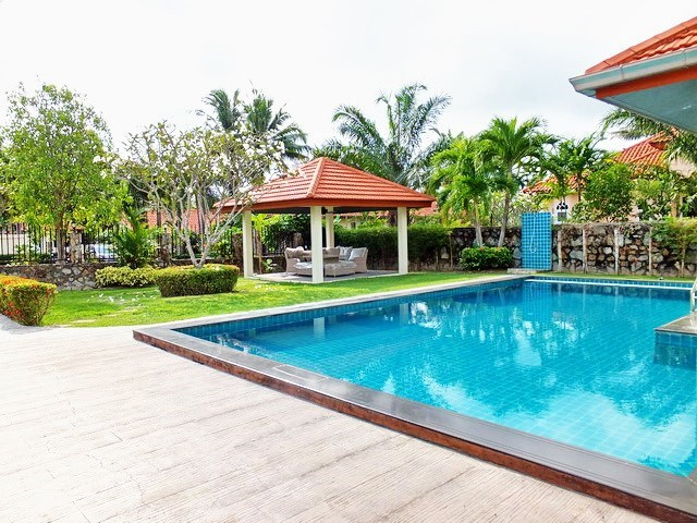 House for rent Mabprachan Pattaya showing the pool and pool side shower