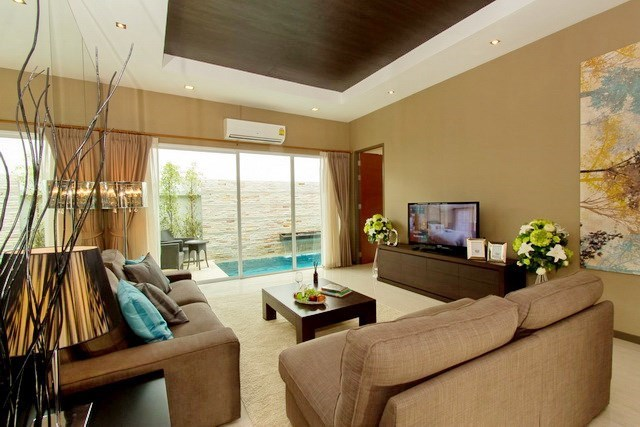 House for rent East Jomtien showing the living room with pool view