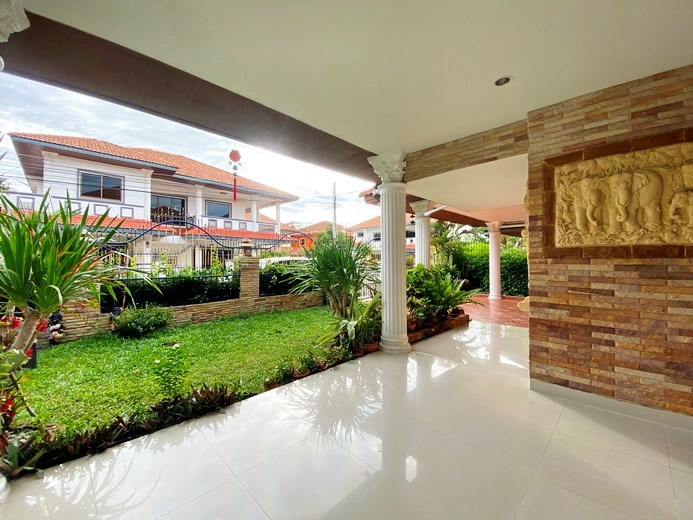 House for sale Jomtien showing the covered terrace and garden