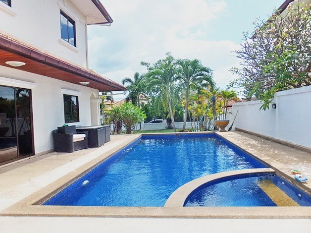 House for Sale Mabprachan Pattaya showing the pool and garden