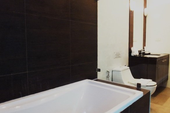 House for sale East Jomtien showing the master bathroom