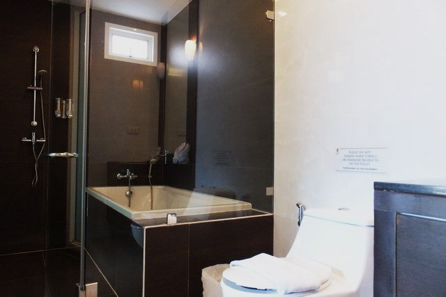 House for sale East Jomtien showing the master bathroom with bathtub