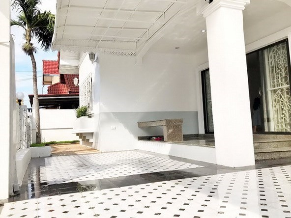 House for sale East Pattaya showing the covered terrace and entrance