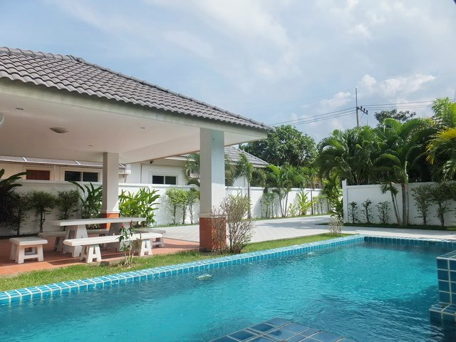 House for rent East Pattaya showing the carport and pool
