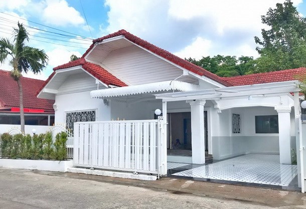 House for sale East Pattaya showing the house and carport