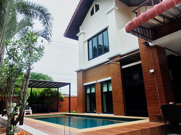 House for sale East Pattaya showing the house and private pool