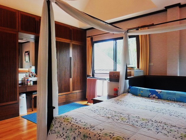 House for sale East Pattaya showing the master bedroom with built-in wardrobe