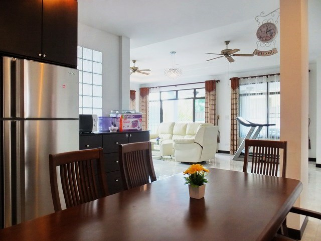 House for sale Pattaya Bangsaray showing the dining and living areas