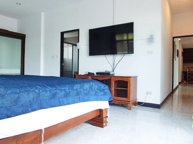 House for sale Pattaya Bangsaray showing the master bedroom suite