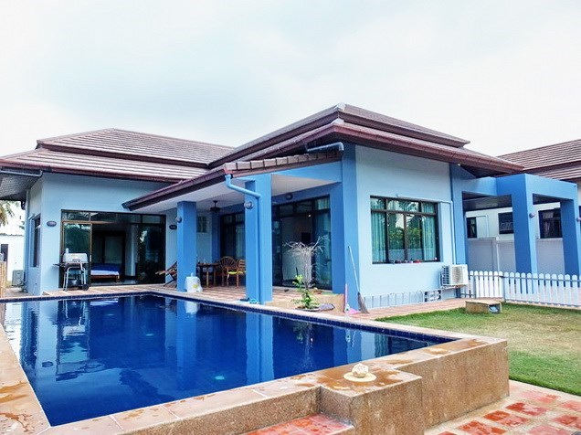 House for sale Pattaya Bangsaray showing the private pool and house